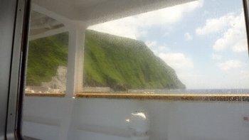 10出航から3時間、隣の御蔵島に入港です.JPG